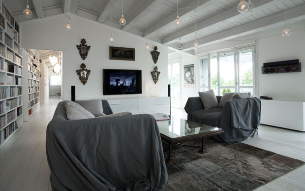 L'ambiente in questa foto testimonia l'ampiezza di questa abitazione e la particolare disposizione della ZONA GIORNO: con stanze in successione lungo un ASSE CENTRALE che collega una terrazza (sul lato ovest) e le camere da letto con relativi servizi