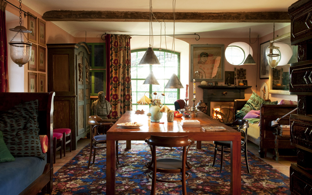La sala da pranzo con il grande tavolo