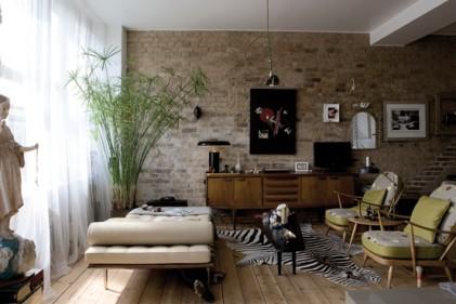 Zona living: in primo piano la Day-Bed di Mies van der Rohe; il mobile è un pezzo scandinavo degli anni'60.La lampada da tavolo è degli anni'70. Alla parete l'opera dis-connect è del padrone di casa. Il tappeto animalier è originale degli anni '60.