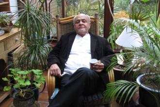 Cecil Balmond ritratto nella veranda della sua casa londinese