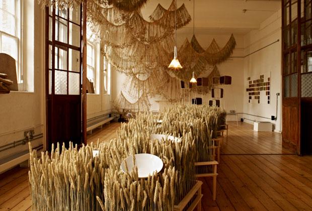 Il primo progetto espositivo londinese firmato dalla Galleria Fumi e dallo Studio Toogood è Corn Craft. Una riflessione su design e natura