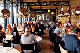 Una visione d'insieme della sala gremita di clienti