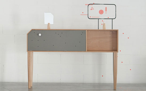 Tavolino basso realizzato con gambe di altezza inferiore. I mobili sono realizzazioni di gruppo: Dean Brown