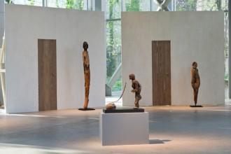 Il primo ambiente dell'esposizione Vaudou alla Fondazione Cartier rappresenta la piazza di un villaggio tradizionale.Foto © Olivier Ouadah
