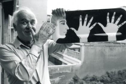 """Piero Fornasetti (1913–1988) con il vassoio """"Marameo"""""""