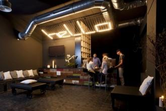 Atmosfera da club underground per la reception dell'hotel