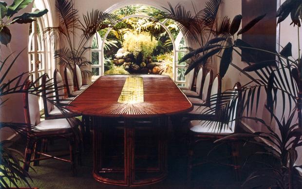 Porta la firma di Gabriella Crespi il tavolo Rising Sun in bambù e ottone