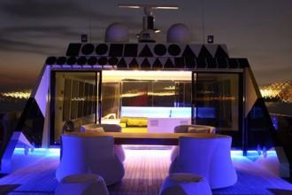 Un particolare esterno dello yatch Guilty. Il flybridge è arredato con Fat Sofa di Patricia Urquiola per B&B Italia e tavolo custom-made. Sullo sfondo