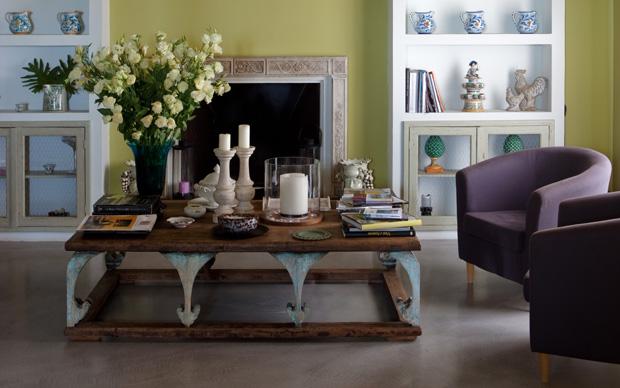 La sala del camino. Tavolino provenzale acquistato nel negozio palermitano Excelsior Home. Il camino proviene dalla sacrestia di una chiesa del 1300