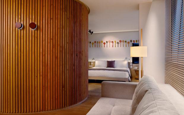 Nelle ironiche immagini di Andrew J. Loiterton gli spazi dell'albergo sono abitati da personaggi che richiamano la tradizione spagnola