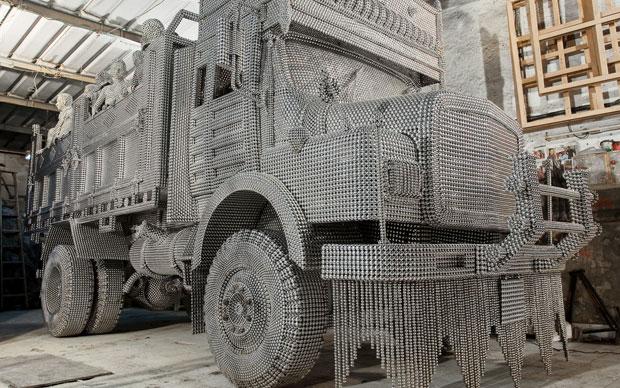 Tondini di alluminio formano il mastodontico camion Valay Shende. E' Transit simbolo di Metropoli Deflagranti