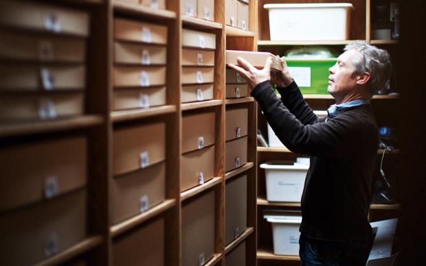 Jasper Morrison nel suo  studio di Londra