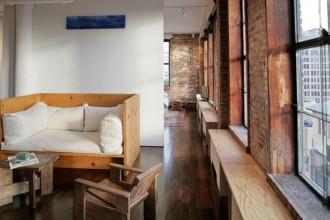 Vista frontale del living che guarda Manhattan su due orizzonti. Le sedie e la scrivania in legno sono arredi rari di Gerrit T. Rietveld