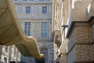 La linea sinuosa  della nuova copertura in metallo e vetro ridisegna il profilo della storica corte
