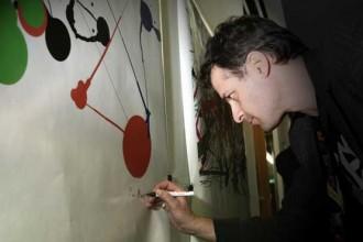 Miltos Manetas firma uno dei suoi lavori ispirati all'opera di Jackson Pollock