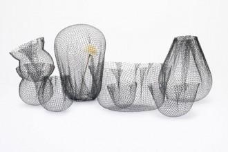 Tutti i vasi della Farming-net Collections nata dalla creatività di Nendo sono double-face: in un verso hanno la classica forma iconica del contenitore
