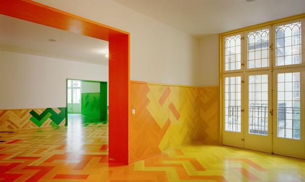 Il cambio di colore segna il passaggio tra una stanza e l'altra nell'appartamento ristrutturato a Stoccolma dagli architetti svedesi Tham & Videgård Hansson