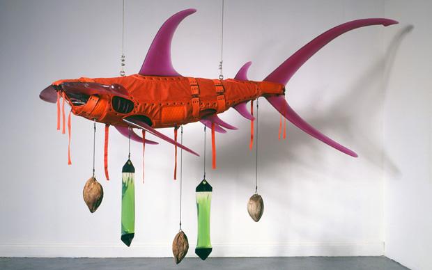 Una delle opere di Oceanomania: Orange Shark di Ashley Bickerton. Tra gli oggetti utilizzati per realizzare questa scultura ci sono noci di cocco