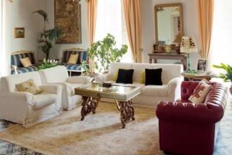 Il salone principale della casa. Il soffitto è affrescato con una serie di vedute siciliane. Alla parete