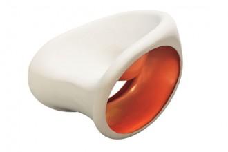Poltrona a dondolo MT3 di Ron Arad Associates e prodotta da Driade. Si deve a un lungo studio sulla tecnologia produttiva la possibilità di realizzare lo stampaggio in materiale bicolore. In questo caso