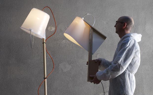 Stravagante e curioso questo oggetto firmato da Dario Freguia. Si chiama Condominio ed è una casetta per uccelli presentata nel 2010 con la collezione Not at Home. Per realizzarla bastano due pannelli in multistrato