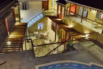 Il patio interno del Library Hotel a Cipro. In primo piano