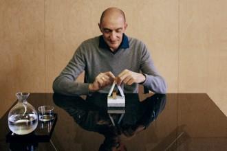 L'architetto e designer  Rodolfo Dordonial tavolo di lavoro