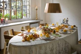 Il tavolo ovale Canteen Scrapwood (prezzo: 6.380 euro) e le sedie in legno sono del designer olandese Piet Hein Eek