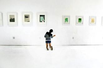 Ultimi ritocchi all'allestimento della mostra presso la Galleria Known di Casey Zoltan