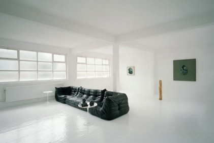 Sono pochi e principalmente neri i pezzi voluti dallo stilista belga per arredare la sua casa laboratorio. Divide il living il grande divano di pelle nera Togo disegnato nel 1973 da Michel Ducaroy e ancora prodotto da Ligne Roset. Sopra i tavolini Tulip della collezione Saarinen di Knoll International