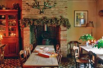 La sala da pranzo con camino della vecchia fattoria di Damme