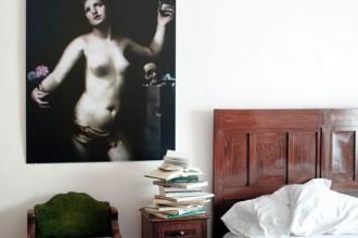 Il graffito nel soggiorno dell'appartamento Elisabetta delle Case Cavallini-Sgarbi: opera di Tullio Pericoli