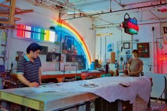 Sergio Almarez e Cedar Mannan lavorano a un nuovo progetto nel laboratorio del vetro di Lite Brite Neon