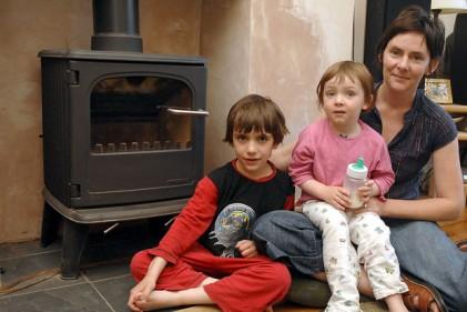 Per gli inglesi una famiglia vive in condizioni di fuel poverty nel momento in cui spende più del 10 per cento del proprio reddito disponibile per assicurarsi un minimo di benessere termico negli ambienti di vita domestica