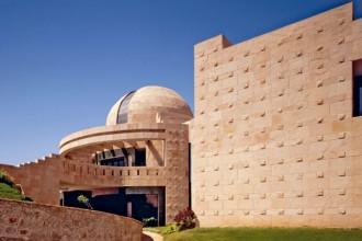 Una vista del fronte principale della banca del sangue Prathama. Tutta la struttura in cemento armato è stata gettata in opera