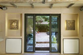I colori tenui e le travi in legno donano un aspetto sobrio all'abitazione