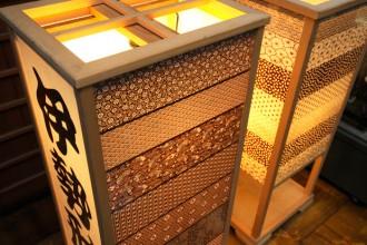 Lampade con Katagami. Da 600 anni le mani di grandi artigiani perforano e incidono una speciale carta con la tecnica del katagami