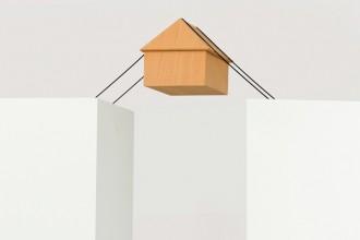 Floating House: una casetta sospesa è una delle opere di Ron Gilad del 2013