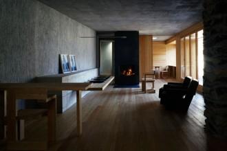 Nel nuovo volume il legno d'acero è utilizzato sia per il rivestimento del pavimento che per la realizzazione di parte dell'arredo