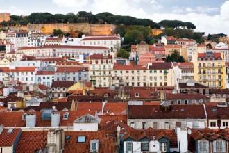 La collina del Castelo de Sao Jorge vista dal Chiado. Uno dei panorami tipici di Lisbona visibili percorrendo le ripide scalinate che portano dalla parte alta al quartiere di Baixa