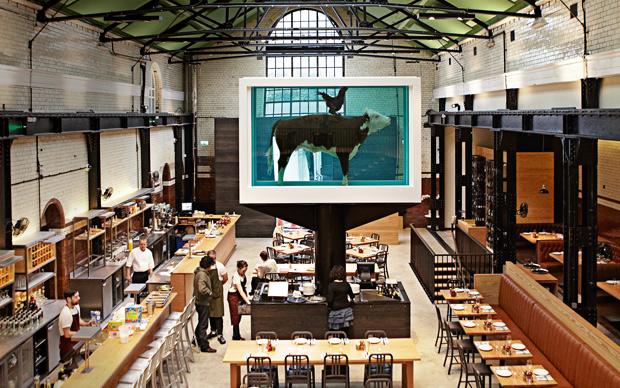 Il nuovo ristorante Hix at Tramshed si trova all'interno di un ex deposito dei tram. Al centro l'opera di Damien Hirst