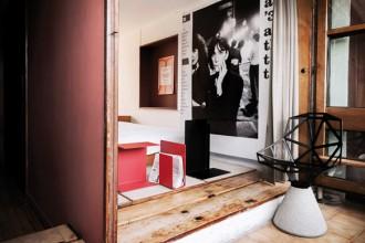 Una chair_ONE di Magis all'ingresso della camera da letto