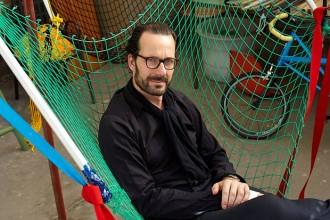 Konstantin Grcic in posa su un prototipo di Netscape