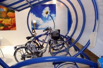 Una delle ultime realizzazioni in fatto di pensiline fotovoltaiche: quella esposta a Enersolar è in grado di sfruttare l'energia prodotta per ricaricare biciclette a pedalata assistita