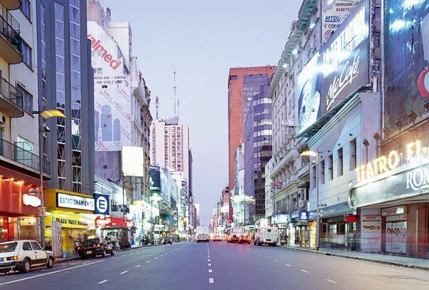 Traffico lungo l'Avenida Corrientes