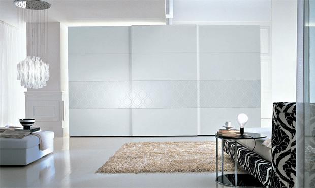 L'armadio Tecnopolis di Presotto è dotato di basamento in alluminio con piedini regolabili in altezza. Questo assicura lunga durata