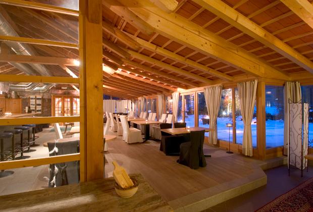 Le imponenti travi a vista del sottotetto donano al ristorante dell'hotel una romantica e suggestiva atmosfera. Più che un hotel