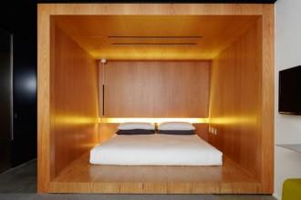 Il materasso è appoggiato sulla base di una struttura in legno