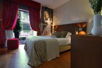 La lounge del nuovo Hotel Milano Scala è visibile anche dall'alto grazie alle ampie vetrate