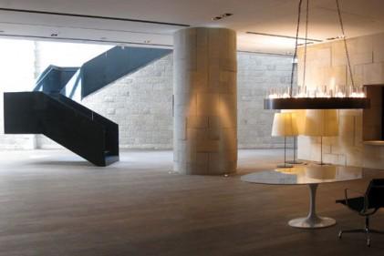 Il grande tavolo comune è circondato da una serie di sedie